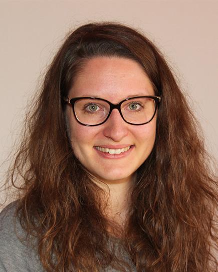 Rebecca erstellt Choreografien und unterstützt Marty in der Einstudierung der Tanzpassagen.